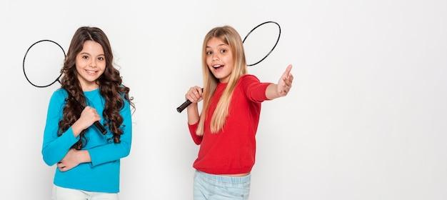 Meninas com raquetes de tênis Foto gratuita