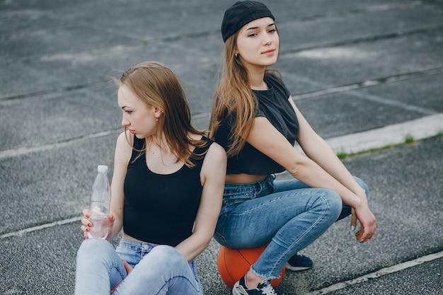 Meninas com uma bola Foto gratuita