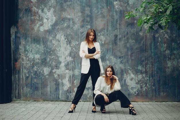 Meninas da moda em uma cidade Foto gratuita