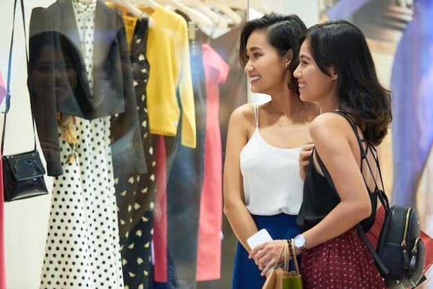 Meninas de compras Foto gratuita