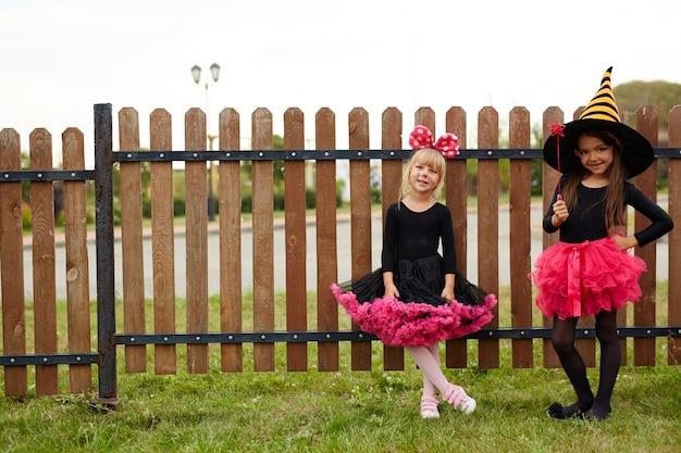 Meninas de trajes de bruxas de halloween Foto gratuita