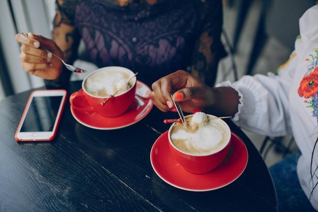 Meninas descansar no café Foto gratuita