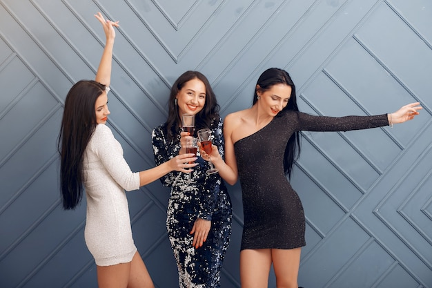 Meninas elegantes comemoram no estúdio Foto gratuita