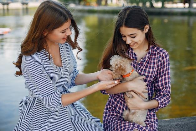Meninas elegantes e com estilo em um parque primavera Foto gratuita