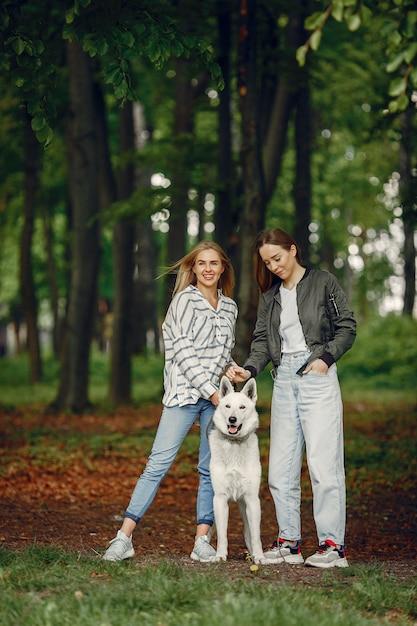 Meninas elegantes e elegantes em uma floresta Foto gratuita