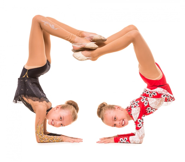Meninas em lindos uniformes demonstram os exercícios. Foto Premium