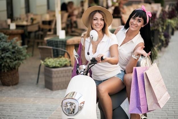 Meninas em scooter Foto gratuita