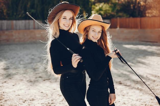 Meninas, em, um, boiadeiro, chapéu, ligado, um, fazenda Foto gratuita