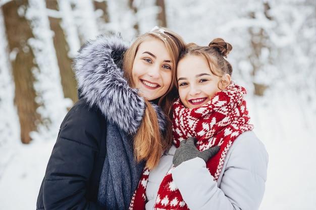 Meninas em um parque Foto gratuita