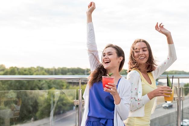 Meninas felizes dançam em uma festa Foto gratuita