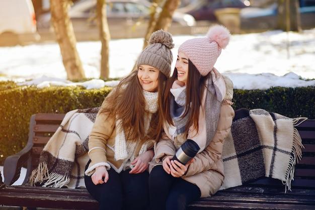 Meninas felizes em uma cidade de inverno Foto gratuita