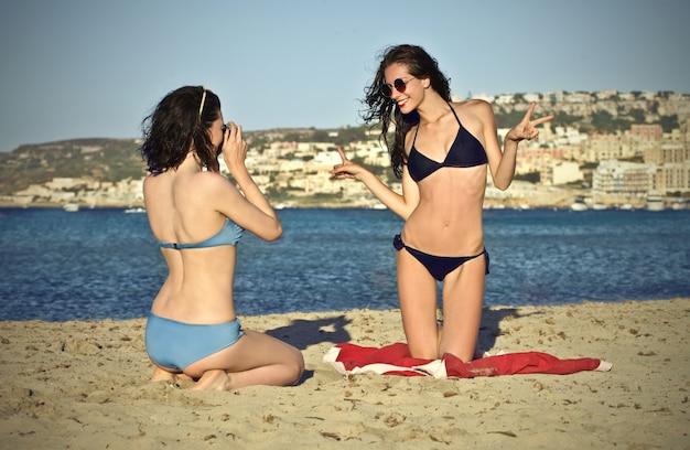 Meninas felizes na praia Foto Premium