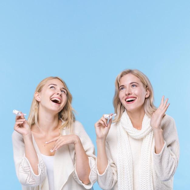 Meninas felizes rindo juntos Foto gratuita