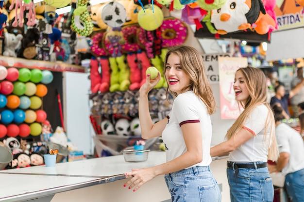 Meninas felizes se divertindo no parque de diversões Foto gratuita