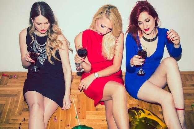 Meninas legais preparadas para a festa Foto gratuita