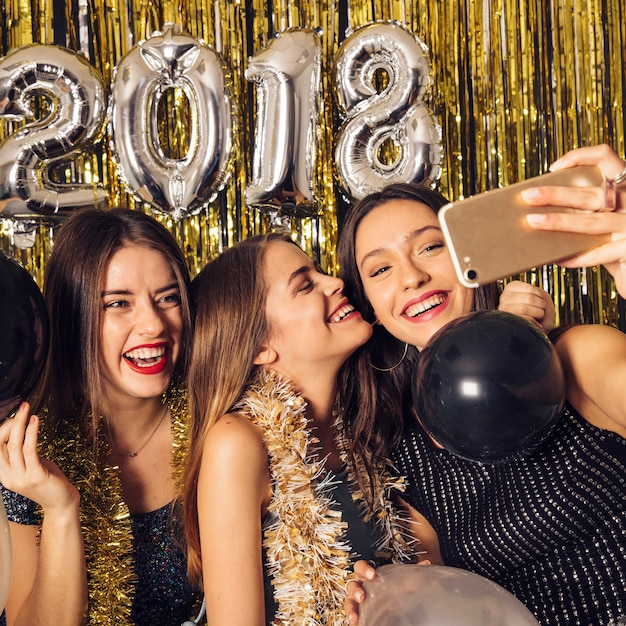 Meninas levando selfie no ano novo festa Foto gratuita