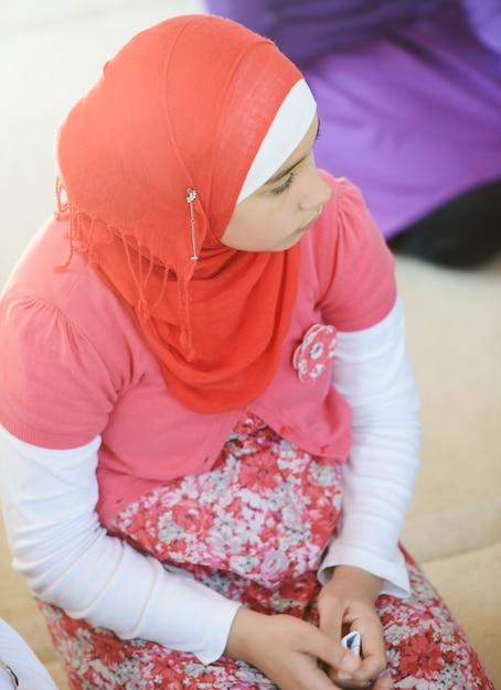 Meninas muçulmanas e árabes aprendendo juntos em grupo Foto Premium