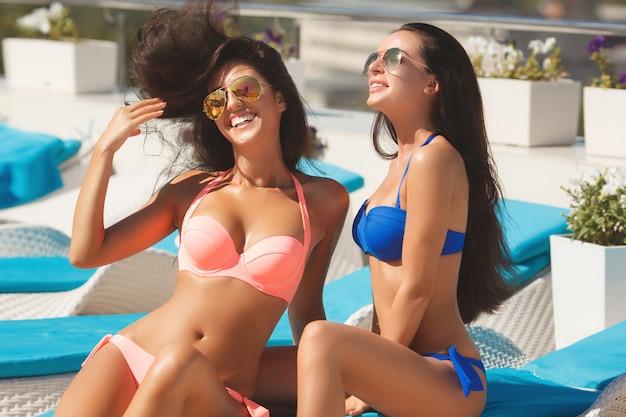 Meninas na praia Foto Premium