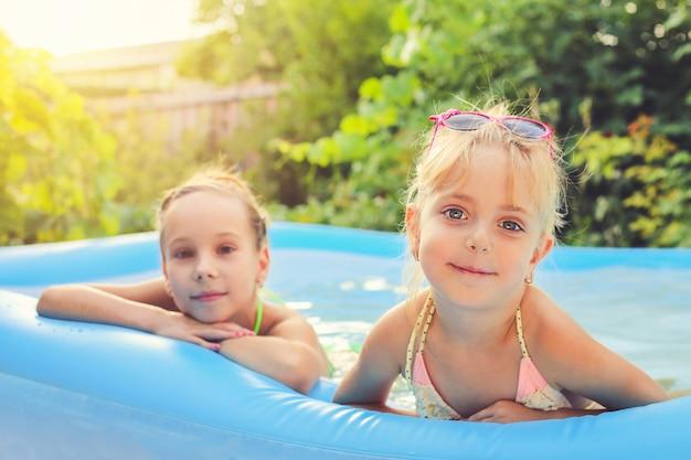 Meninas, natação, em, a, piscina Foto Premium