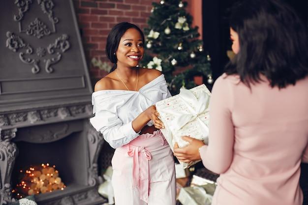 Meninas negras elegantes nas decorações de natal Foto gratuita