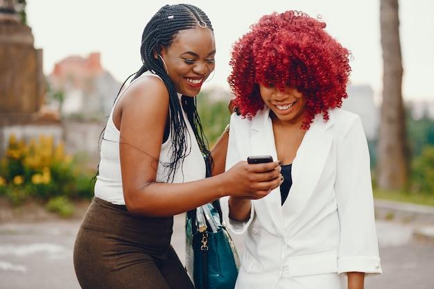 Meninas negras em um parque de verão Foto gratuita