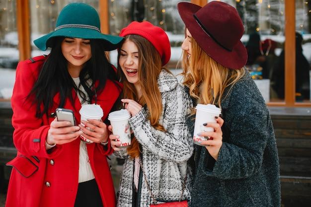 Meninas no inverno Foto gratuita