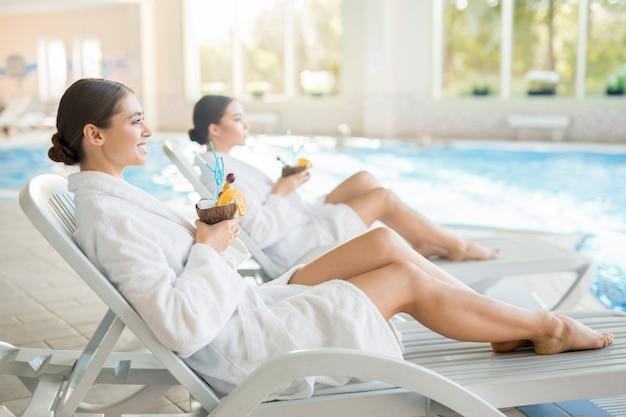 Meninas no spa resort Foto gratuita