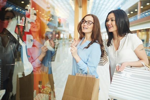 Meninas olhando a exibição da loja Foto gratuita