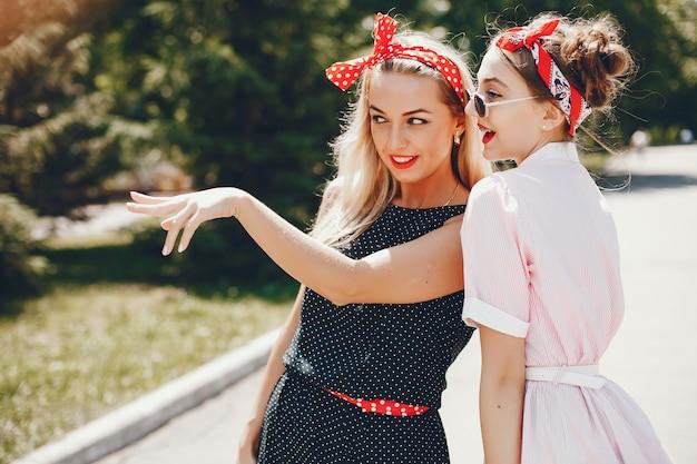Meninas retrô em um parque Foto gratuita