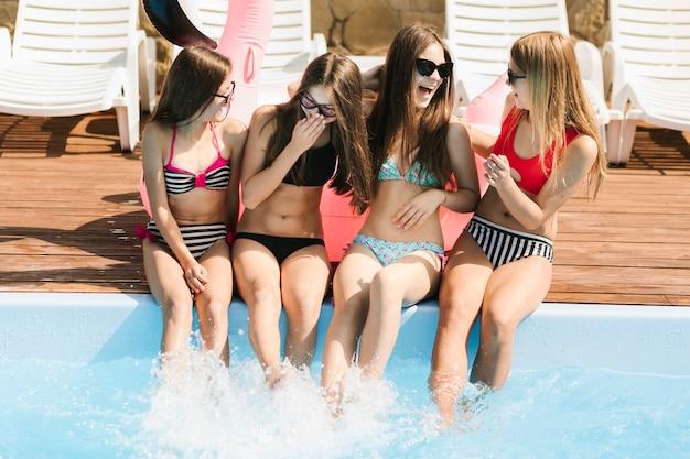 Meninas, rir, em, um ao outro, em, piscina Foto gratuita