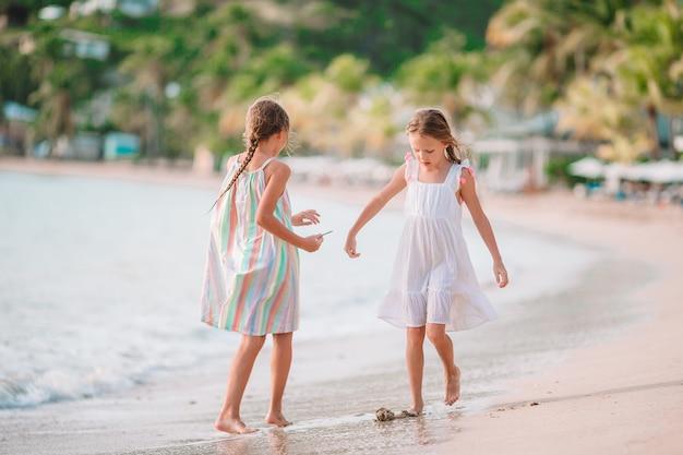 Meninas se divertindo curtindo férias na praia tropical Foto Premium