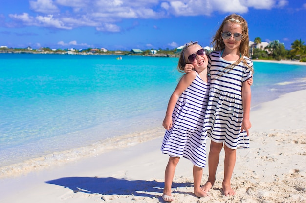 Meninas se divertindo durante as férias de praia tropical Foto Premium