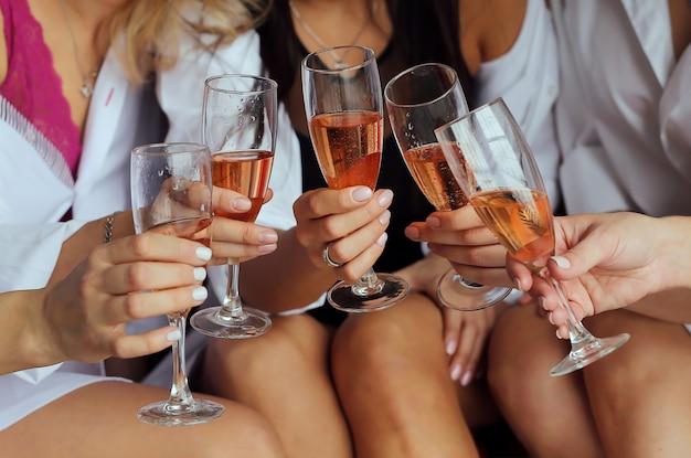 Meninas, segure, mãos, óculos, com, champanhe Foto Premium