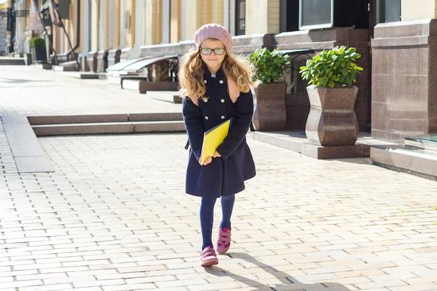 Menininha adorável com cadernos Foto Premium