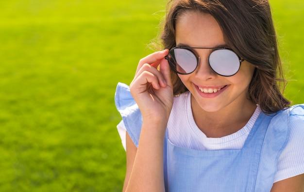 Menininha, desgastar, óculos de sol Foto gratuita