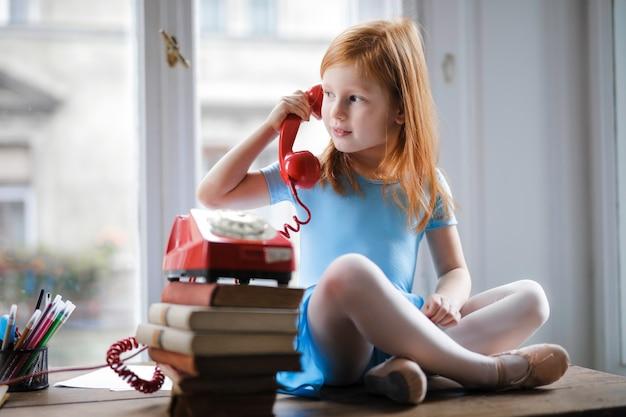 Menininha, falando, ligado, um, clássicas, telefone Foto Premium