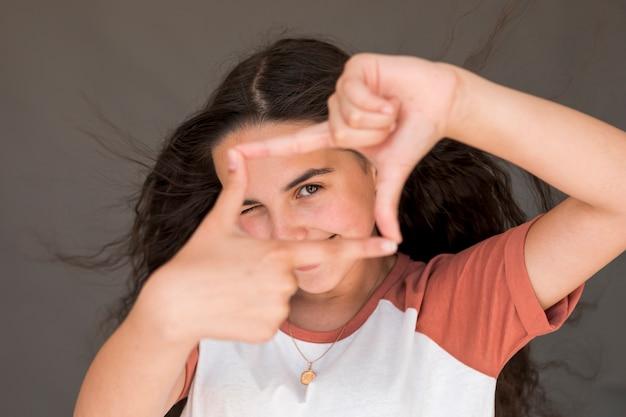 Menininha, fazendo um quadro, com, dela, dedos Foto gratuita