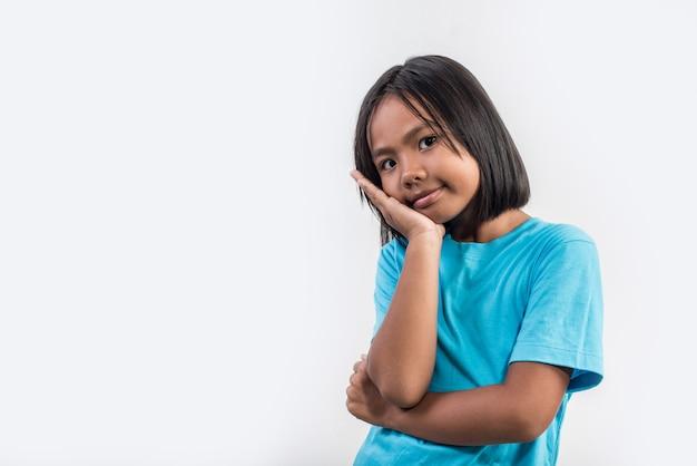 Menininha, pensando, em, tiro estúdio Foto gratuita