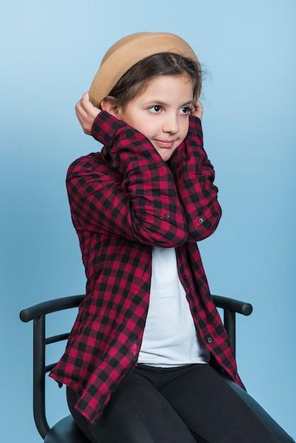 Menininha, segurando, chapéu, ligado, cabeça Foto gratuita