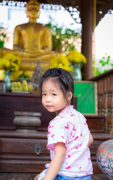 Menininha, sentando, adoração, em, a, templo Foto Premium