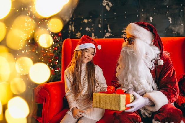 Menininha, sentando, com, santa, e, presentes, ligado, natal Foto gratuita