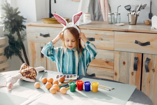 Menininha, sentando, em, um, cozinha Foto gratuita