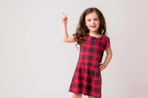 Menininha sorrindo sobre fundo claro Foto Premium