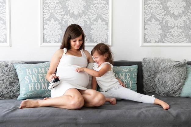 Menininha, tocar, dela, mãe, barriga Foto gratuita