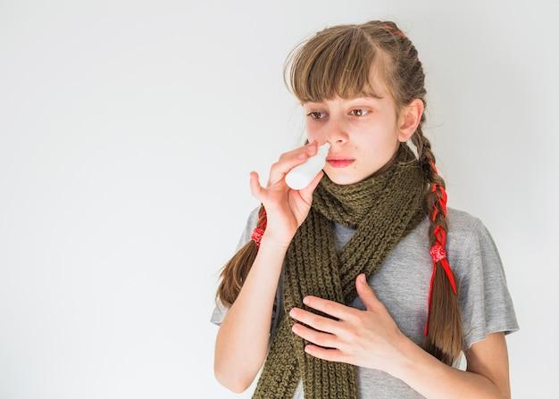 Menininha, usando, pulverizador nariz Foto gratuita