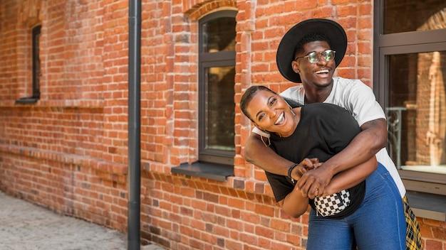 Menino abraçando suas namoradas por trás com espaço de cópia Foto gratuita