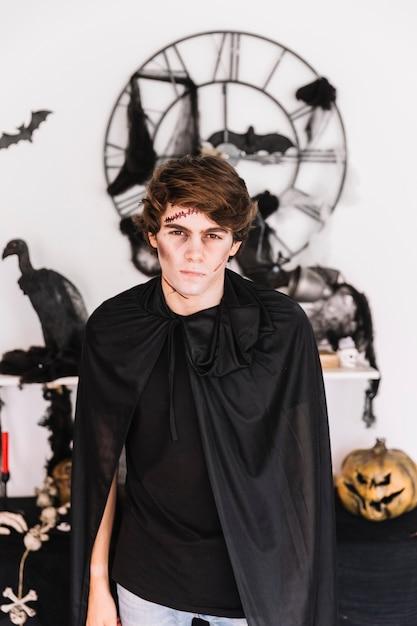 Menino adolescente, com, zombie, desagradável, em, roupa preta Foto gratuita