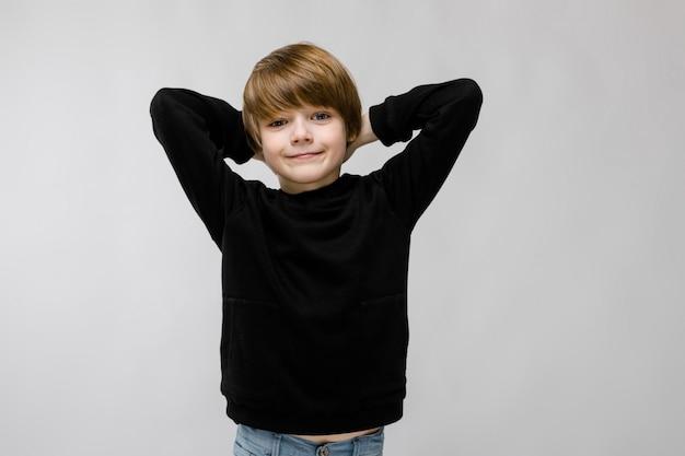 Menino adolescente, em, elegante, roupas Foto Premium