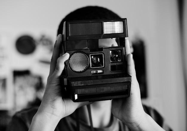 Menino adolescente, tirando uma foto, em, um, passatempo quarto, e, fotografia, conceito Foto gratuita
