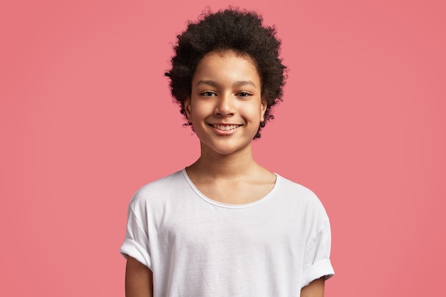 Menino afro-americano com cabelo encaracolado Foto gratuita